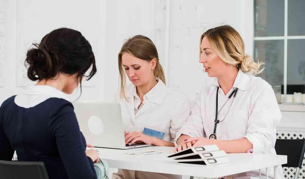 Наркозависимость имеет 2 составляющие, из-за чего рассматриваемое заболевание сложно поддаётся лечению. Речь касается того, что наркозависимость развивается как на физическом, так и на психологическом уровне. Терапевтический курс должен учитывать оба данных аспекта, поскольку для каждого из них используются определенные медицинские меры. Когда наркозависимость лечится на физическом уровне, используются специальный медикаменты, а для терапии психологической зависимости требуется психотерапия.
